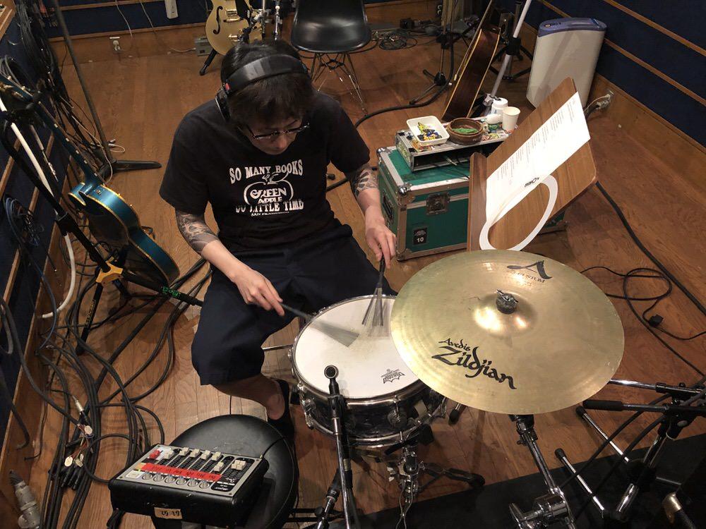 オジサンの趣味の多重録音の最中。珍しくドラムを叩いています。